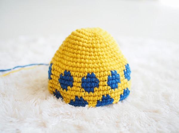 黄色と青の編み込み模様のかぎ針編み
