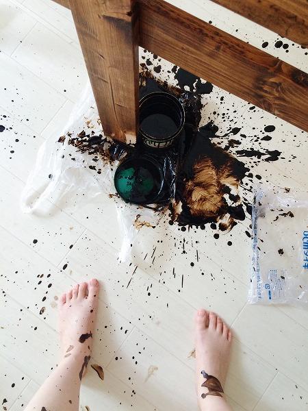 床とわたしの足に盛大に飛び散ったブライワックスの飛沫