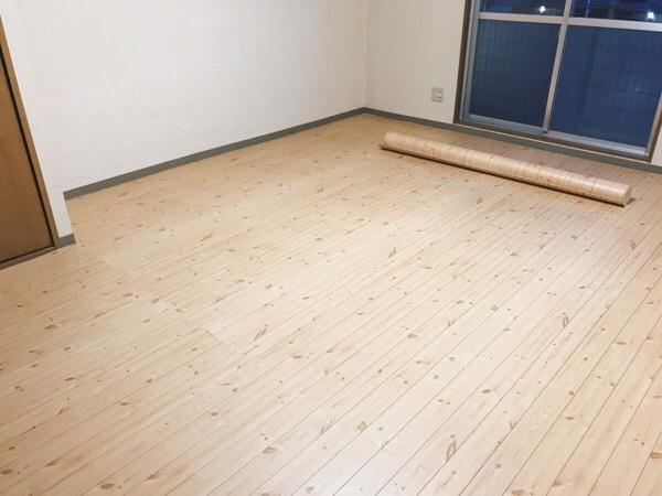 パイン材柄のクッションフロアを部屋全体に敷き終えたところ。
