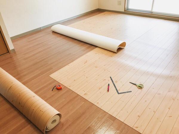 新居の床にクッションフロアを敷いてるところ。
