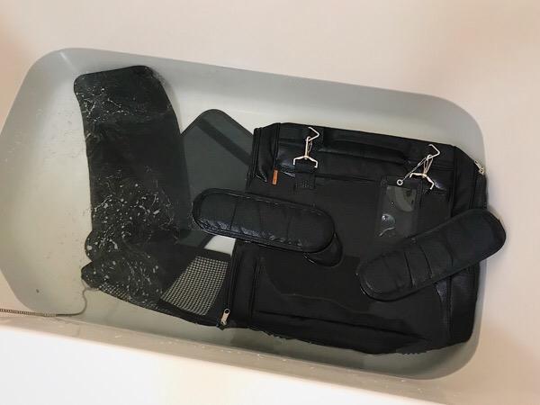 風呂に沈められたキャリーバッグ。